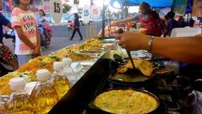 Die Verkäufer verkaufen ihre Nahrung stock video footage