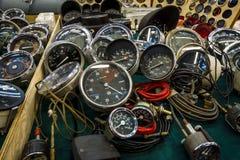 Die Verkaufsstelle von Geschwindigkeitsmessern, von Tachometern und von Entfernungsmessern für Weinleseautos Lizenzfreie Stockfotografie