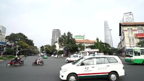 Die verkehrsreiche Straße um Quach Thi Trang Park in der Hauptverkehrszeit, Ho Chi Minh stock video footage