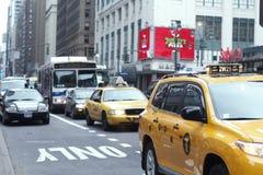 Die verkehrsreichen Straßen - NYC stockfoto