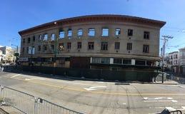 Die verkohlten Überreste eines sehr neuen, verheerenden Feuers, mit Coit-Turm im Hintergrund, 2 Stockfotografie
