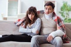 Die verletzte Familie der Frau und des Ehemanns, die zu Hause wieder herstellen Lizenzfreies Stockbild