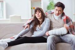 Die verletzte Familie der Frau und des Ehemanns, die zu Hause wieder herstellen Stockfotos