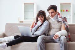 Die verletzte Familie der Frau und des Ehemanns, die zu Hause wieder herstellen Lizenzfreie Stockfotografie