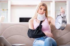 Die verletzte Frau, die zu Hause wieder herstellt Lizenzfreie Stockfotos