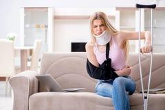 Die verletzte Frau, die zu Hause wieder herstellt Stockfotografie