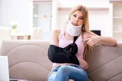 Die verletzte Studentin, die zu den Prüfungen sich vorbereitet stockfotografie