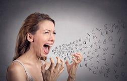 Die verärgerte schreiende Frau, Alphabet beschriftet das Herauskommen aus Mund Lizenzfreies Stockfoto