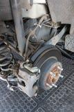 Die verrostete Bremsscheibe eines Autos stockbild
