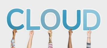 Die verschiedenen Hände, welche die blauen Buchstaben bilden das Wort halten, bewölken sich lizenzfreie stockfotografie