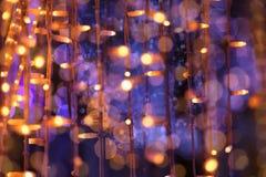 Die verwischte Weihnachtsgirlande beleuchtet Hintergrund Stockfotos