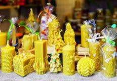 Die verzierten Kerzen, die für Verkauf an Riga-Weihnachten angezeigt werden, vermarkten Lettland Stockfotos