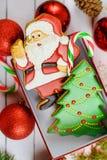 Die verzierten Weihnachtslebkuchenplätzchen färbten Zuckerglasur für Neujahr, Weihnachtsfest, Winterurlaub, süßes selbst gemachte lizenzfreie stockfotografie