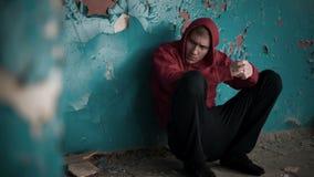 Die Verzweiflung 4 des jungen Mannes stock footage