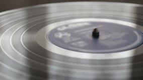 Die Vinylaufzeichnung auf DJ-Drehscheibenrekordspielerabschluß oben stock video footage