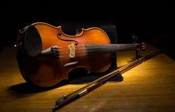 Die Violine und der Bogen auf dem Tisch, Stillleben Stockfotos