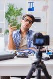 Die vlogger Aufnahme-Computerreparatur auf Kamera für vlog Blog Stockbilder