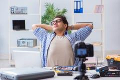Die vlogger Aufnahme-Computerreparatur auf Kamera für vlog Blog Stockfotos