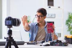 Die vlogger Aufnahme-Computerreparatur auf Kamera für vlog Blog Lizenzfreies Stockbild