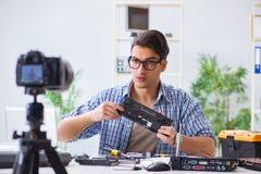 Die vlogger Aufnahme-Computerreparatur auf Kamera für vlog Blog Stockfotografie