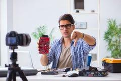 Die vlogger Aufnahme-Computerreparatur auf Kamera für vlog Blog Lizenzfreie Stockfotografie