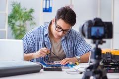 Die vlogger Aufnahme-Computerreparatur auf Kamera für vlog Blog Lizenzfreie Stockbilder