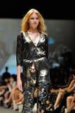 Die vorbildliche Präsentation entwirft von Swarovski mit dem Thema Königreich von Juwelen bei Audi Fashion Festival 2012 Lizenzfreie Stockfotografie