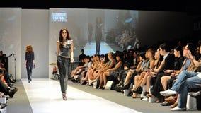 Die vorbildliche Präsentation entwirft von Swarovski mit dem Thema Königreich von Juwelen bei Audi Fashion Festival 2012 Lizenzfreies Stockfoto