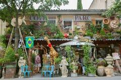 Die Vorderansicht des Antiquitätengeschäfts in Provence Lizenzfreie Stockbilder