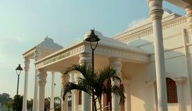 Die Vorderansicht des Karikala Cholan Manimandapam mit Sonne strahlt Halle aufgestellt im großartigen Kallanai aus stockfoto