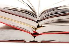 Die Vorderansicht eines Stapels geöffneter Bücher Stockfoto