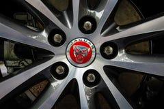 Die vordere Bremsanlage eines kompakten Exekutivautos Jaguar XE 20D (seit 2015) Stockbilder