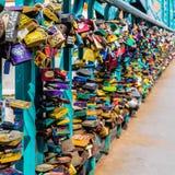 Die Vorhängeschlösser der Liebhaber auf Tumski-Brücke Lizenzfreies Stockbild
