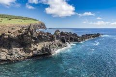 Die vulkanische Klippe nahe der Ana Kai Tangata-Bucht stockbilder
