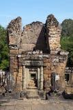Die Wächterlöwestatuen, die in Richtung des Tors blicken, ragen am Ost-Mebon-Tempel des 10. Jahrhunderts hoch Stockfotografie