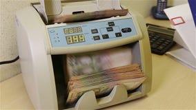 Die Währung, die Maschine zählt, haben Äußeres ein Bankkonto stock video