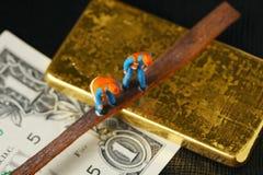 Die Währungsbanknote mit der Goldbarrenszene stockfotos