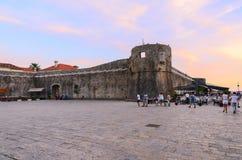 Die Wände der alten Stadt von Budva bei Sonnenuntergang Stockfotografie