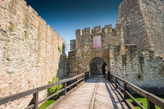 Die Wände der mittelalterlichen Festung lizenzfreie stockbilder