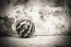 Die Wände eine Dunkelheit und ein Ballhintergrund Stockbilder