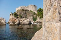 Die Wände und die Ansicht der alten Stadt von Dubrovnik, Kroatien lizenzfreie stockbilder