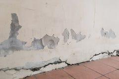 Die Wände waren Sprünge von der Senkung können Gefahr bedeuten, dort sind viele Ursachen wässern Boden lizenzfreie stockbilder