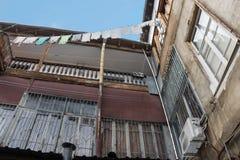 Die Wäscherei wird auf einem Eingefangene der alte Tiflis-Hof getrocknet Lizenzfreies Stockbild