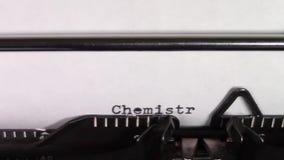 Die Wörter 'Chemie 101', schreibend auf einer Schreibmaschine stock video footage