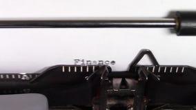 Die Wörter 'Finanzierung 101', schreibend auf einer Schreibmaschine stock video footage