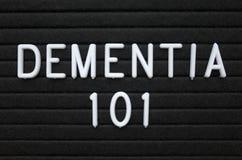 Die Wörter Demenz 101 auf einem Buchstabebrett stockbilder