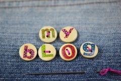 Die Wörter, die mein Blog heraus in mit Buchstaben gekennzeichneten Knöpfen auf Denim buchstabierte Stockbild