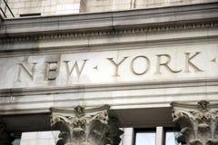 Die Wörter New York, graviert im Stein im Gebäude, unteres Manhattan Stockfoto