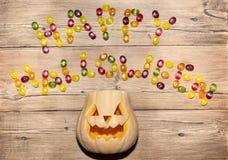 Die Wörter u. das x22; glückliches Halloween& x22; von der Süßigkeit und von den Kürbisen Lizenzfreie Stockbilder