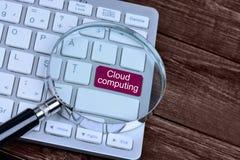 Die Wörter Wolke, die auf Tastaturknopf rechnet Stockfoto